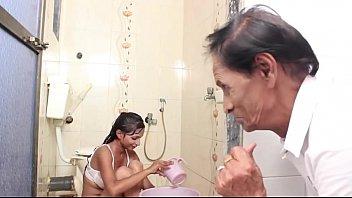 देसी श्यामला और उसके पिता घर पर अकेले