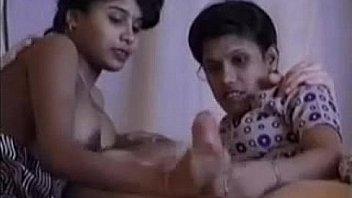 त्रिगुट कट्टर में भारतीय कॉलेज लड़की